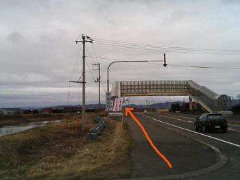 歩道橋を通り過ぎる